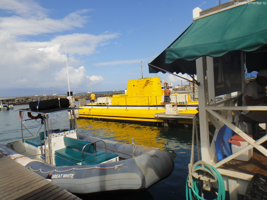 Желтая подводная лодка в порту Лахайны
