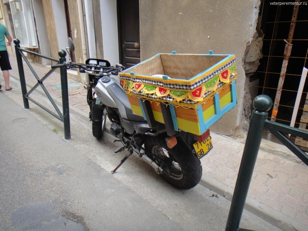 Мотоцикл с расписным багажником, Косрика