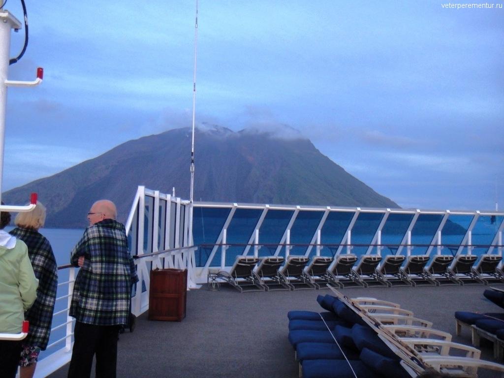 Azamara Quest подходит к вулкану Стромболи