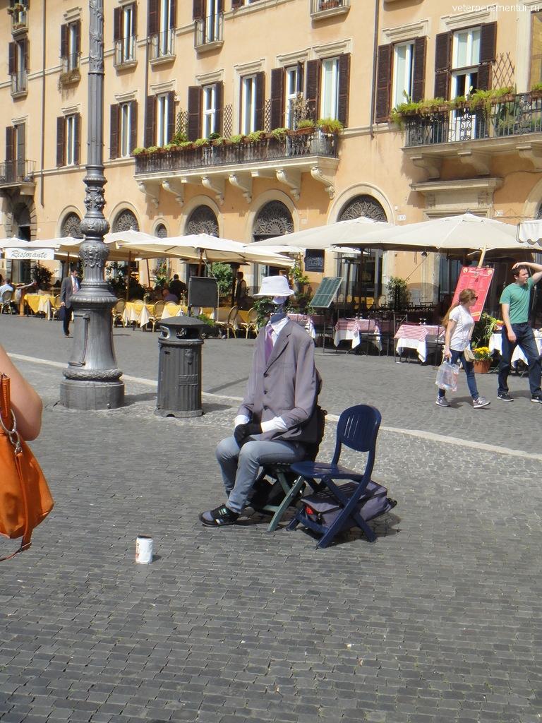 """Живая статуя """"Человек - невидимка"""" в Риме"""