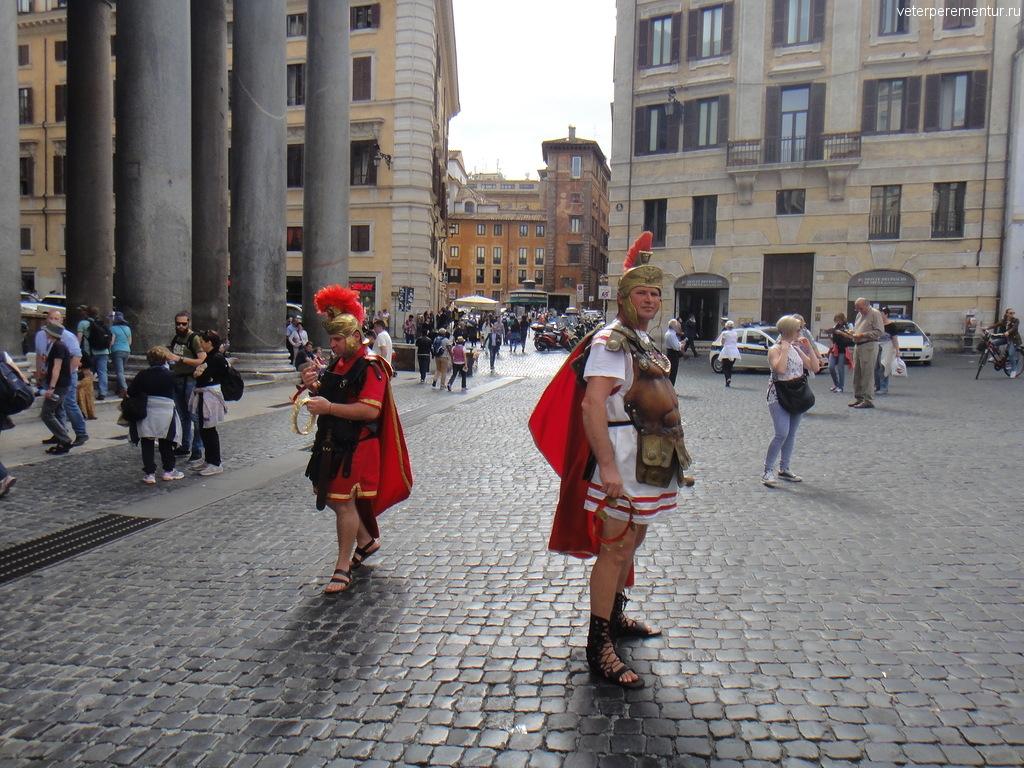 """""""Древние римляне"""" на улицах современного Рима"""