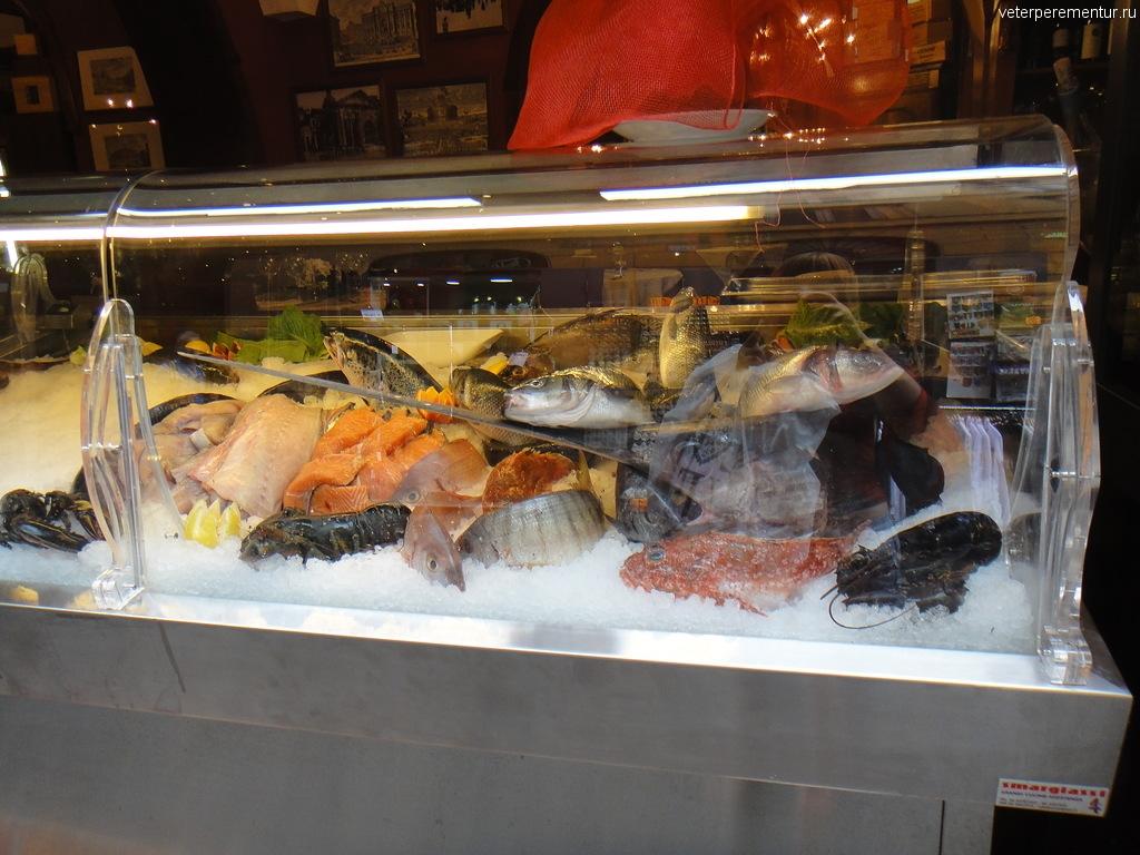 витрина с морепродуктами ресторана в Риме