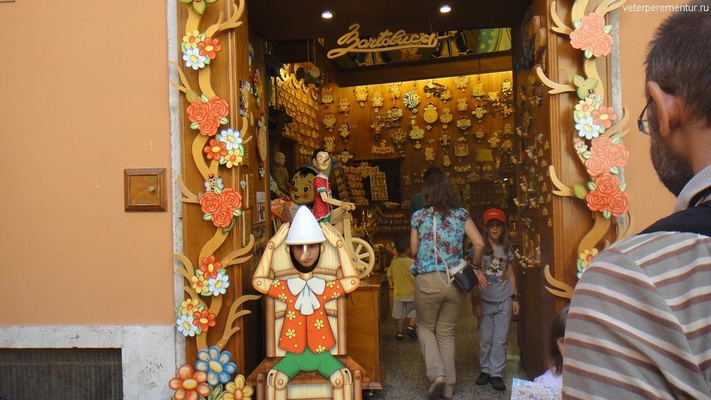 Пиноккио в магазине игрушек из дерева, Рим