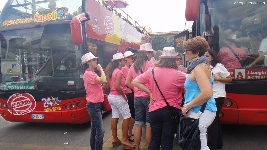На улицах Неаполя девушки в розовом