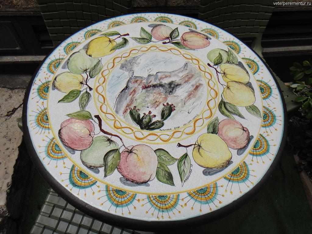 расписной столик в кафе, Таормина, Сицилия