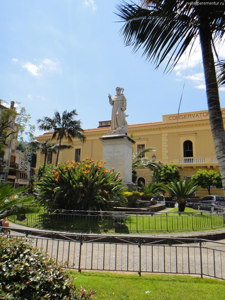 Статуя на улице в Сорренто