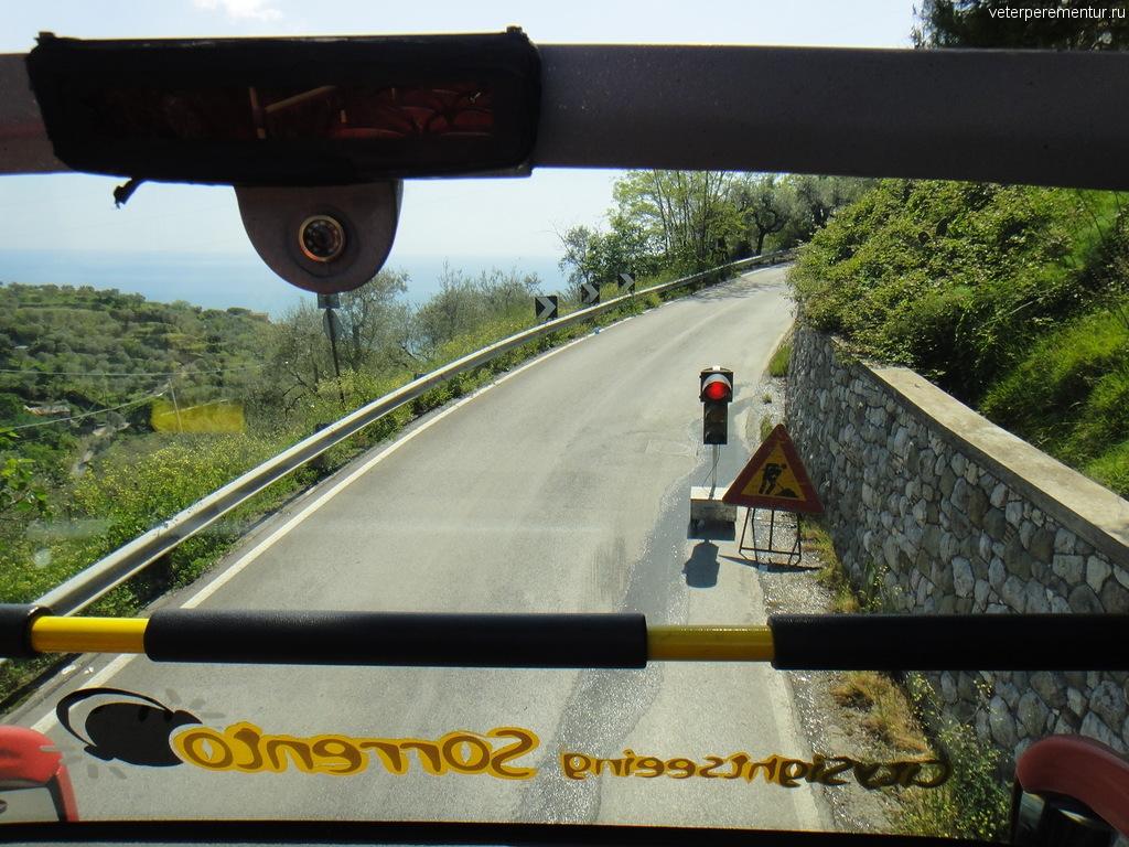 Узкая дорога вдоль Амальфийского побережья