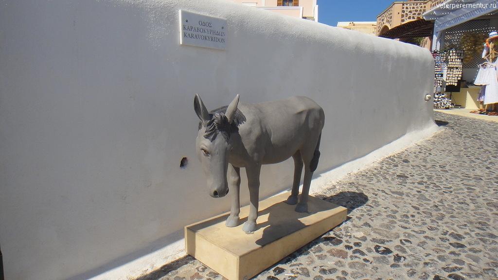 Статуя ослика на Санторнини
