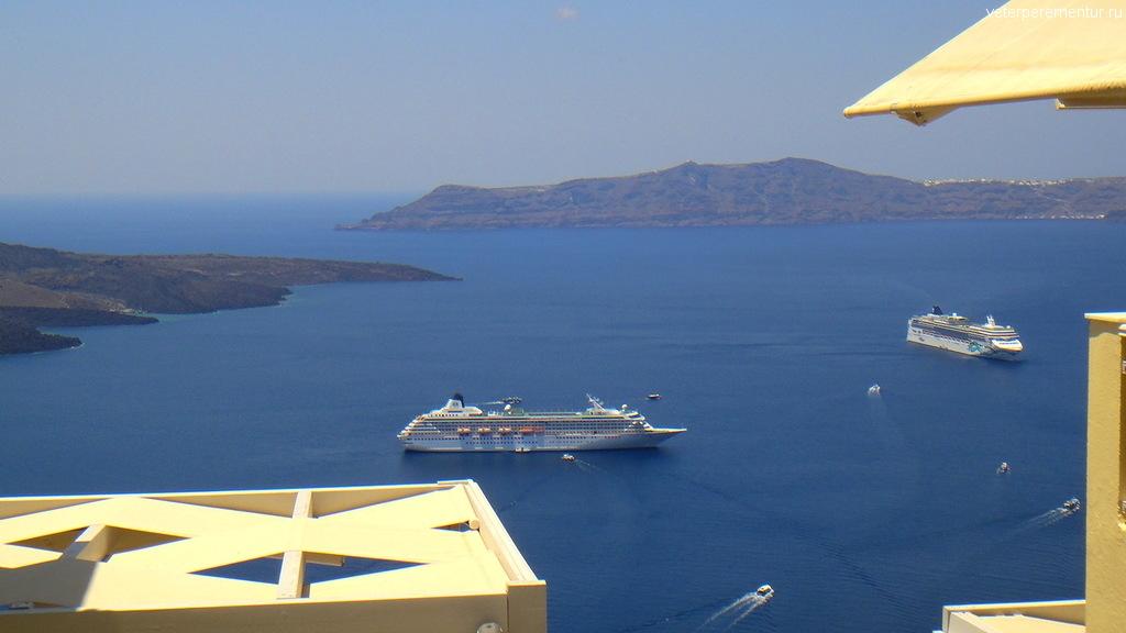 Корабли рядом с Санторини