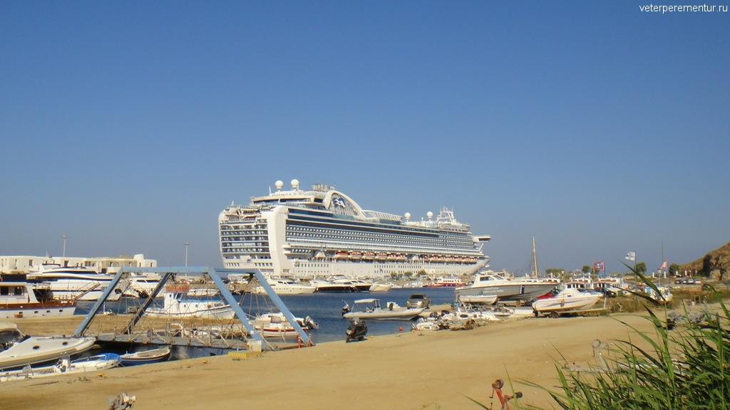 Ruby Princess в порту Миконос