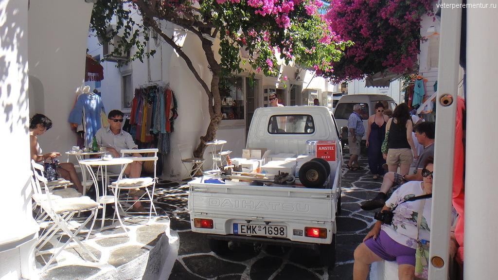 Транспорт на узких улочках Миконоса