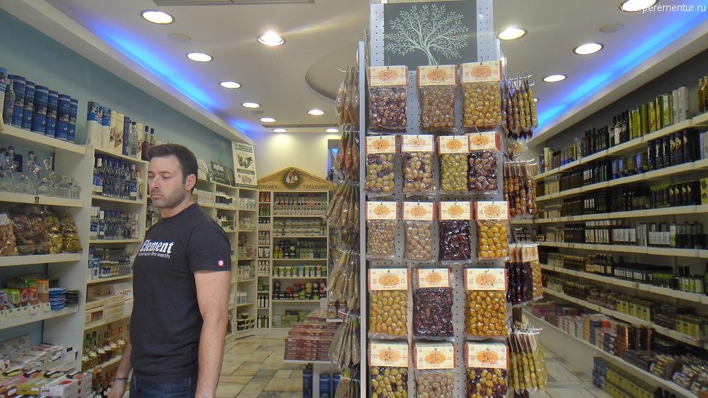 Оливки и оливковое масло в магазине Афин