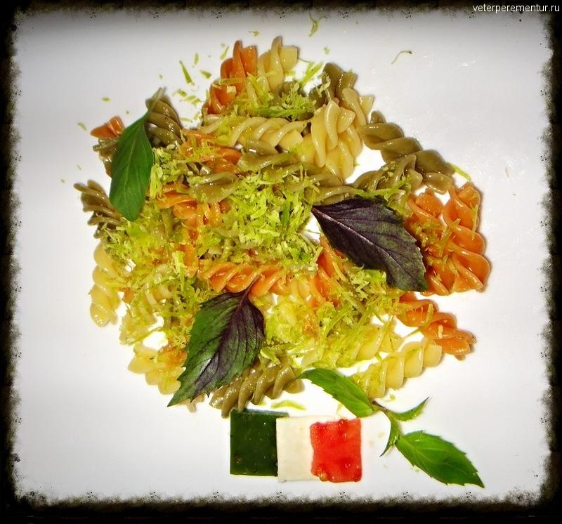 Трехцветная паста с зеленым сыром и базиликом