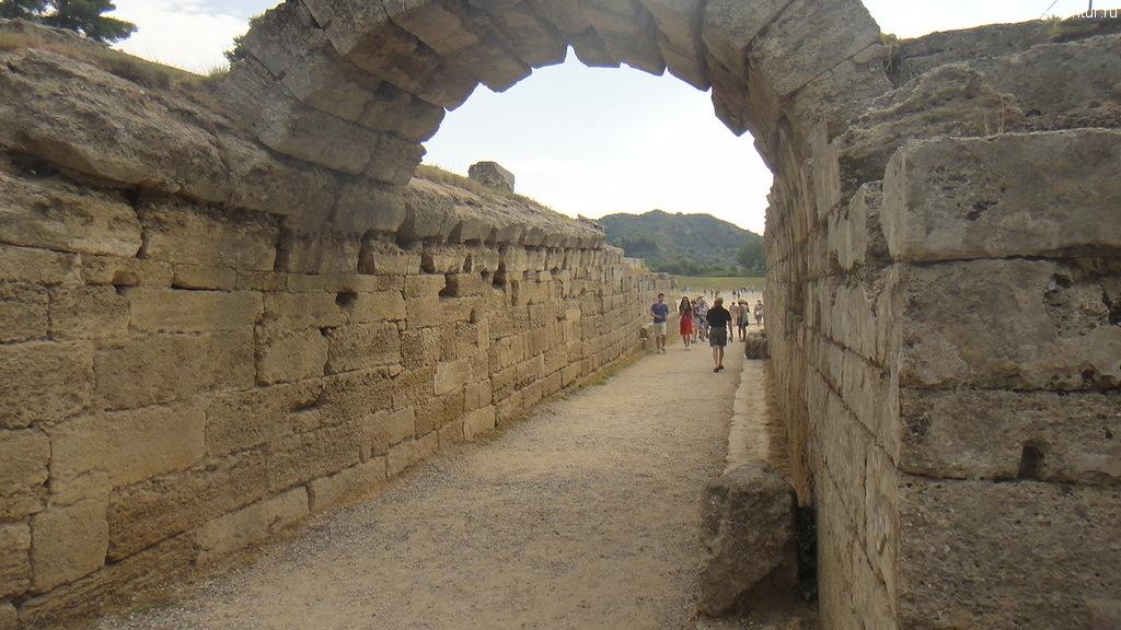 Выход на олимпийский стадион, Олимпия, Греция