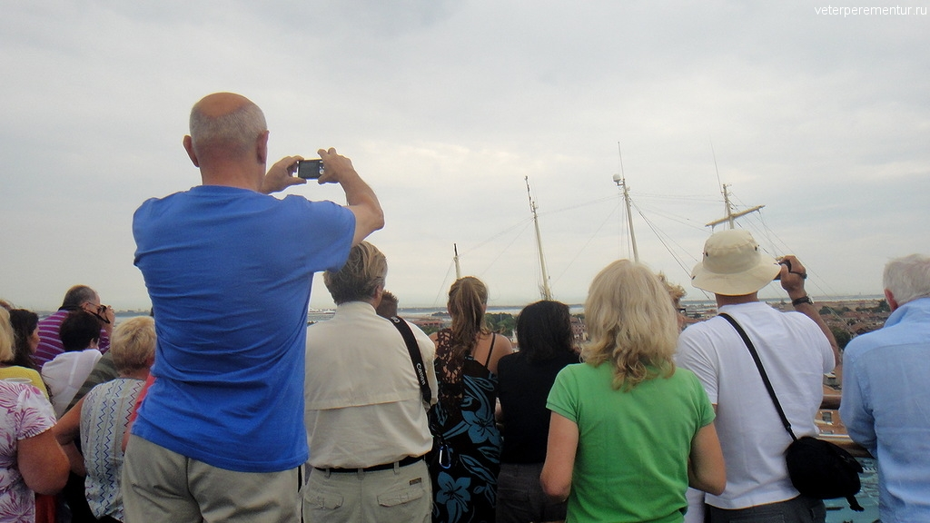 Люди на палубе наблюдают вход Ruby Princess в Венецию