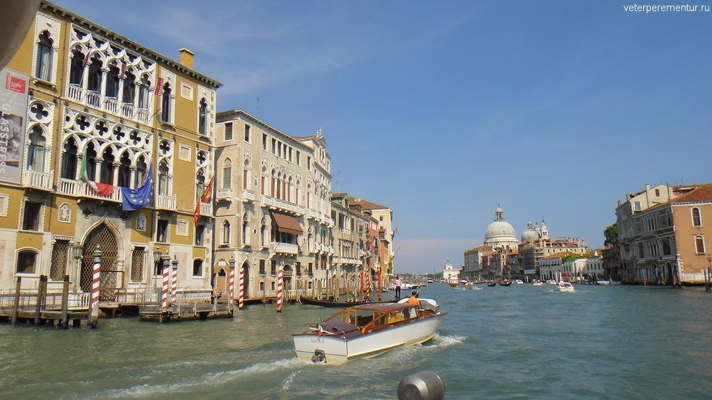 Старинные дома вдоль канала в Венеции