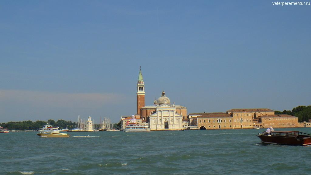 Старинные здания вдоль канала в Венеции