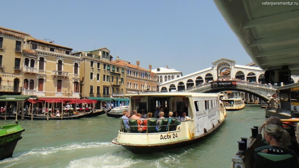 Интенсивное движение на канале в Венеции