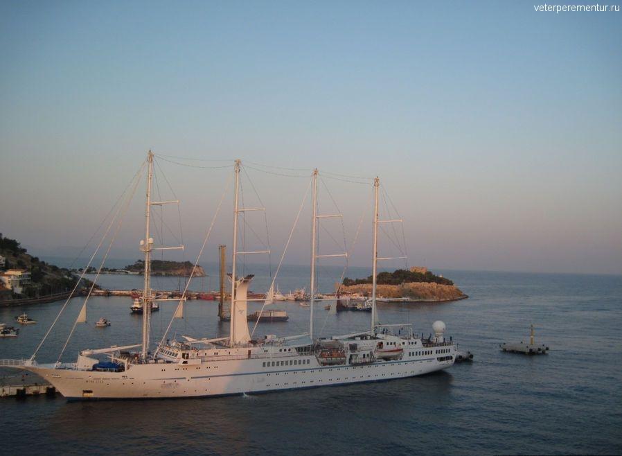 Парусник в порту Кушадасы, Турция