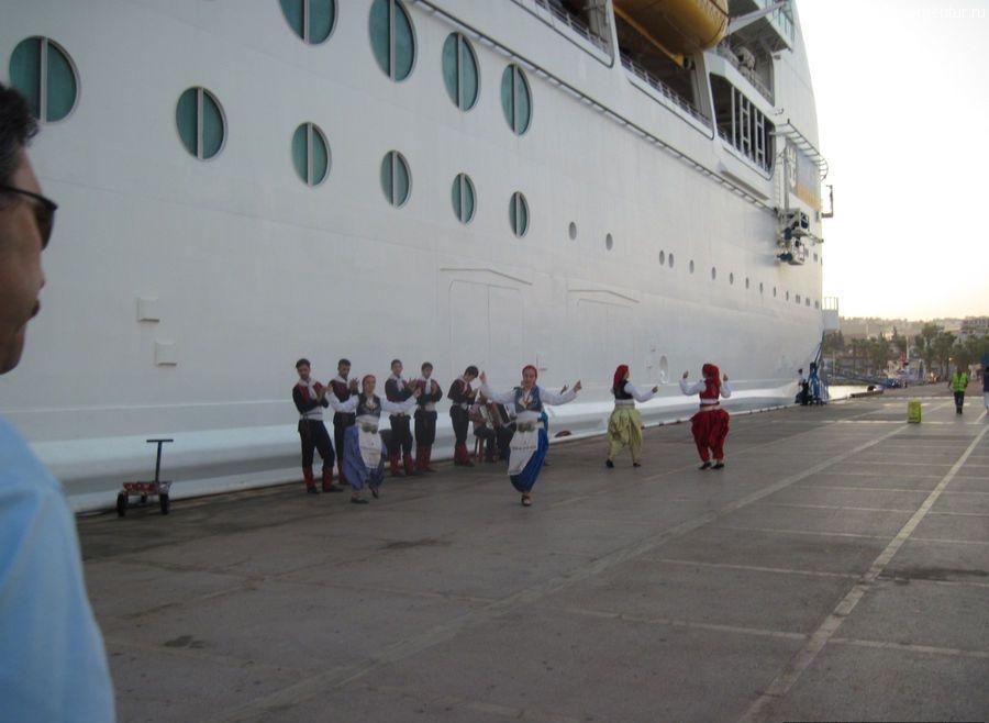 Встреча в кораблей в порту Кушадасы, народные танцы