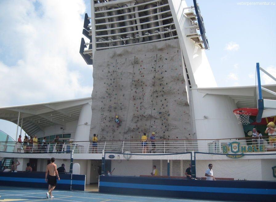 Стена для скалолазания на на корабле Navigator of the Seas