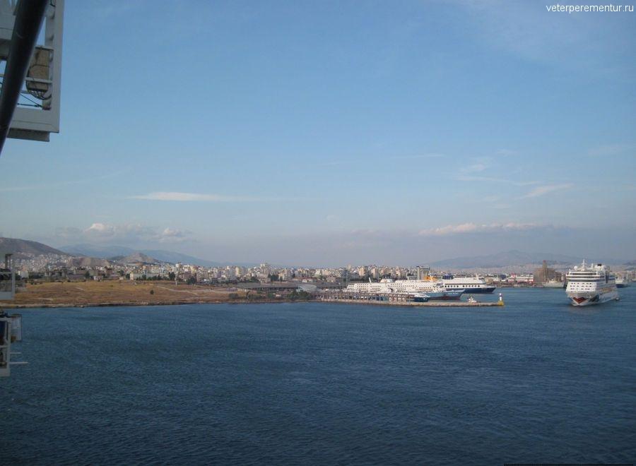 Navigator of the Seas уходит из порта Пирей