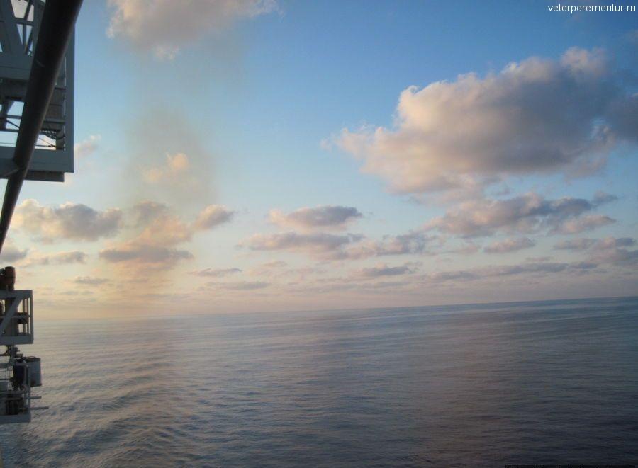 Navigator of the Seas в море, вид с палубы