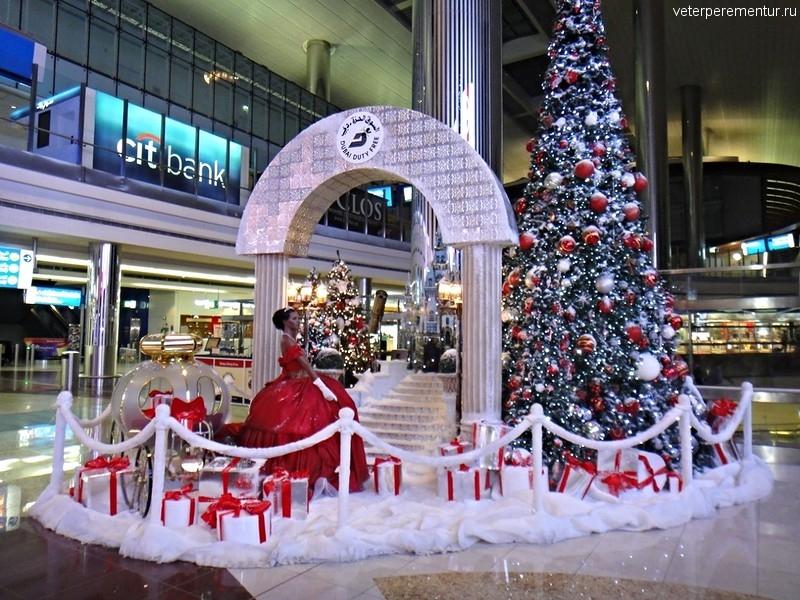 Аэропорт, Дубай, новогодние украшения