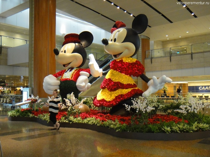 Микки Маус в аэропорту Чанги, Сингапур