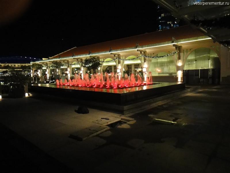 фонтаны с подсветкой, Сингапур вечером