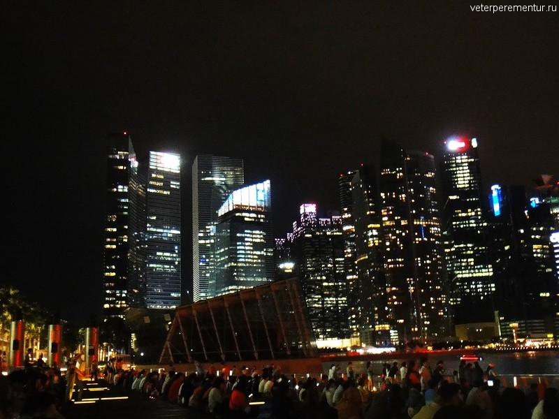 деревянные ступени для просмотра лазерного шоу рядом с Marina Bay Sands