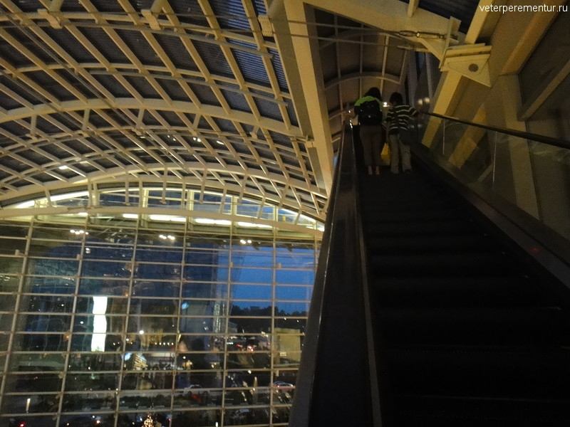 Эскалатор к Садам у Залива, торговый комплекс Marina Bay Sands, Сингапур