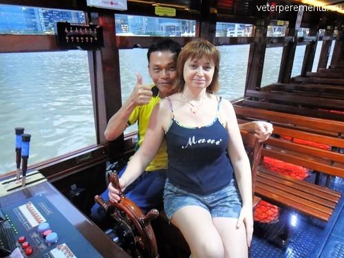 фото с капитаном, речной круиз, Сингапур