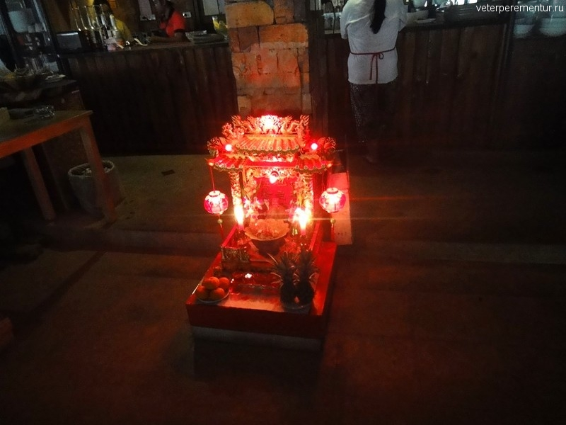 жертвенник в ресторане, Ао Нанг, Таиланд