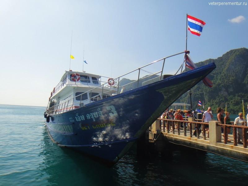 Корабль в порту на острове Phi Phi