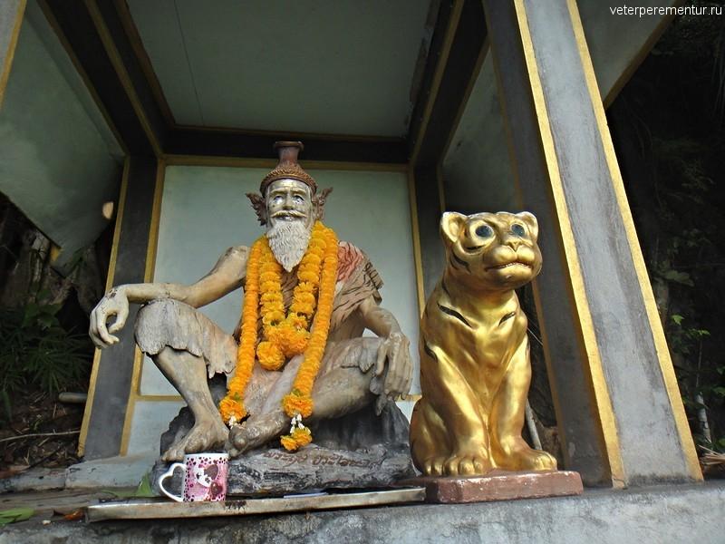 Фигуры рядом с лестницей на вершину горы, Храм Тигра, Таиланд