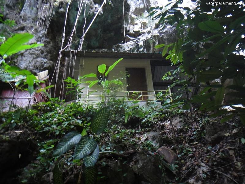 Домики, в которых живут монахи, Храм Тигра, Таиланд