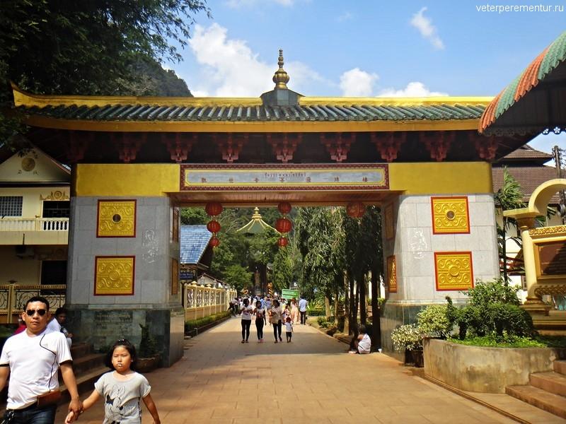 Ворота на территории Храма Тигра, Таиланд
