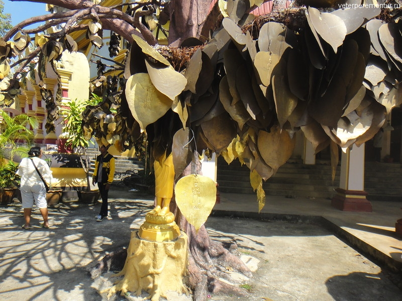 "Дерево с металлическими листьями, «Пещера Тигра» (Tiger Cave Temple) или ""Храм Тигра"" (Wat Tham Suea), Таиланд, Краби"