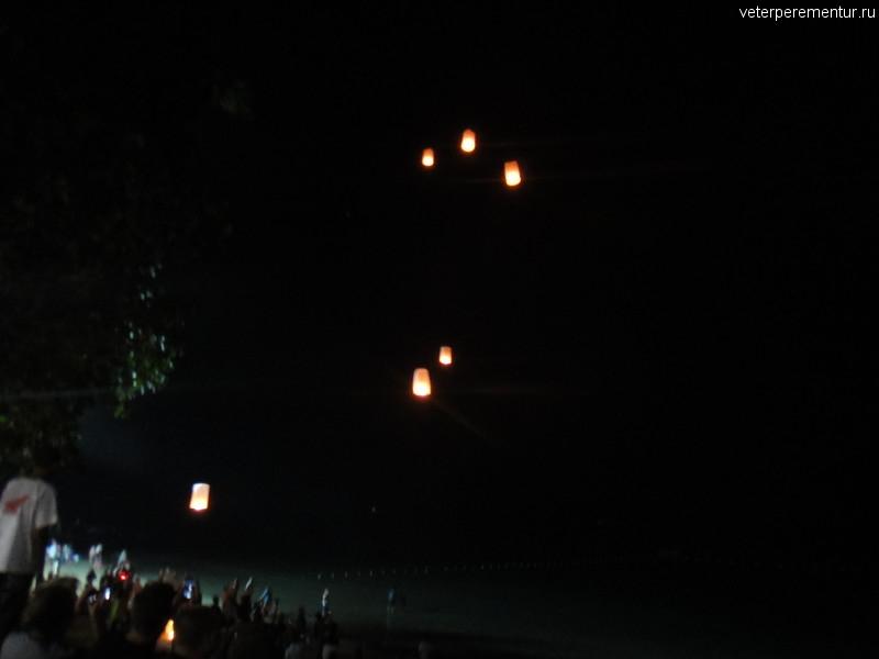 Китайские фонарики на пляже Ао Нанг в новогоднюю ночь