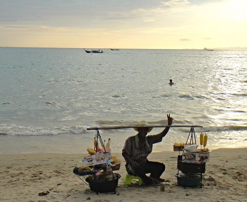 торговец печеной кукурузой на пляже в Таиланде