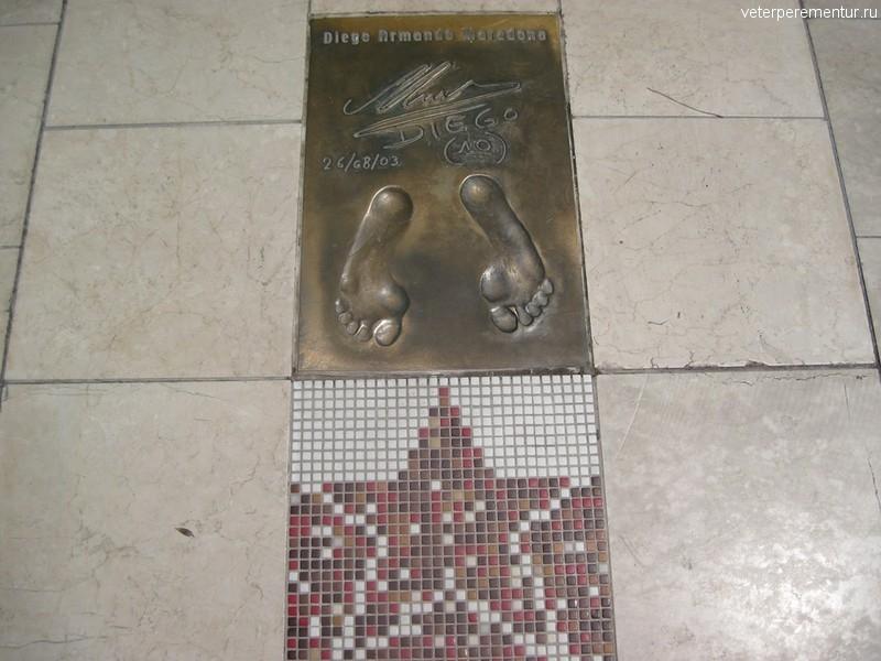 Отпечатки ног футболистов на аллее звезд в Монако