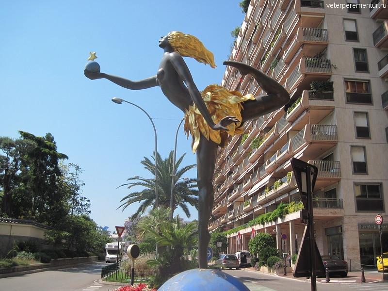 Монако, статуя девушки на шаре