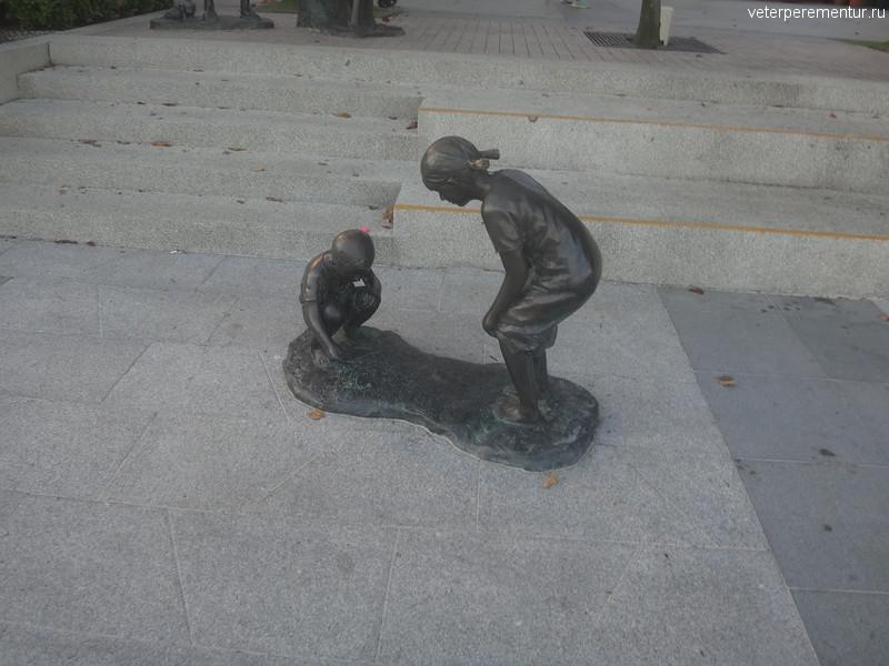 Скульптуры на набережной в Сингапуре