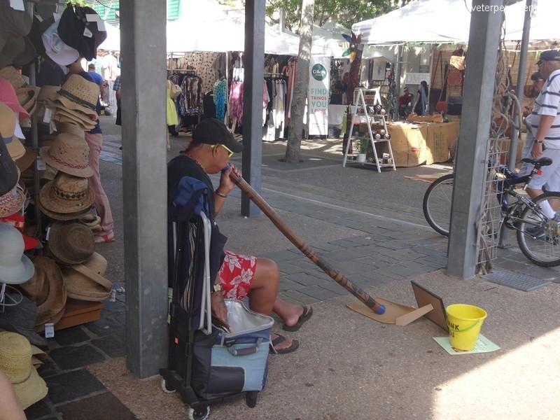 Брисбен (Brisbane), игра на народном инструменте