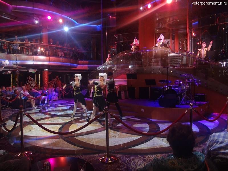 Rhapsody of the Seas, шоу в атриуме