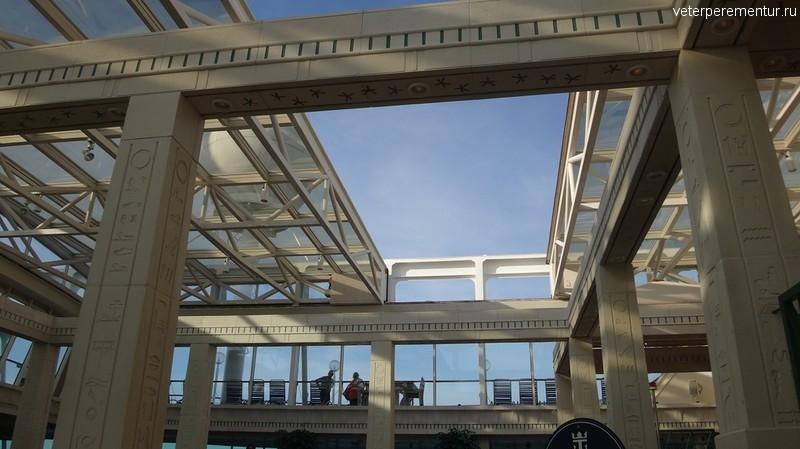 Rhapsody of the Seas, открытие раздвижной крыши над бассейном