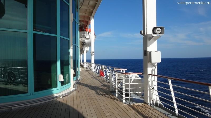 Rhapsody of the Seas, прогулочная палуба