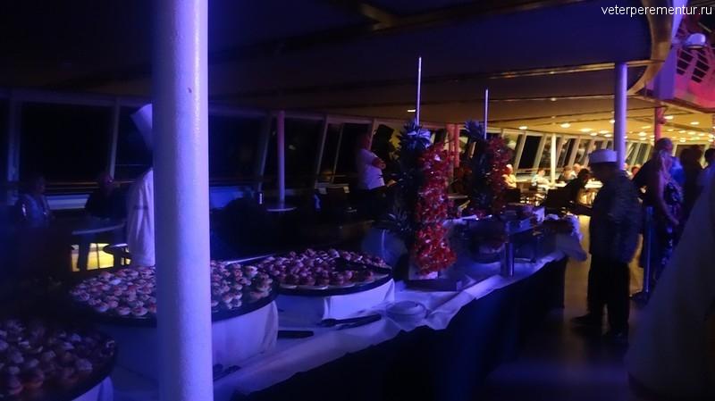 Rhapsody of the Seas, ночная вечеринка на открытой палубе