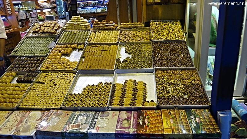 Турецкие сладости на рынке в Стамбуле